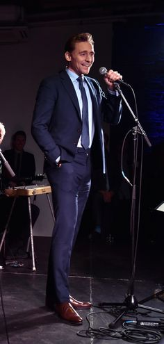 Tom Hiddleston performs at the after party for the premiere of 'I Saw The Light' on October 17, 2015 in Nashville, Tennessee. Souce: Torrilla. Full size image: http://ww4.sinaimg.cn/large/6e14d388gw1f8voskr5ojj22ff1mc1kx.jpg
