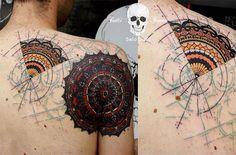 Sašo Dudič é um artista que cria tatuagens com traços em sketches que se misturam a desenhos, pontilhados, frases e splashes de tinta no estilo Trash Polka.