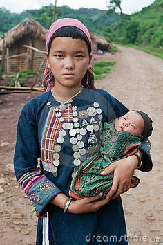 Thai Fashion, Tribal Fashion, Costume Ethnique, Mother And Father, Mothers, Textile News, Traditional Clothes, Candid Photography, Embroidery Dress