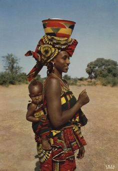 L'AFRIQUE EN COULEURS | Jeune Maman AFRICA IN PICTURES | Young Mammy  Burkina-Faso IRIS | Photo Hoa-Qui