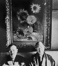 """「芦屋のひまわり」と呼ばれたゴッホの作品を背に、写真に納まる山本顧弥太(左)と武者小路実篤(武者小路実篤記念館蔵) Koyata Yamamoto (l) and Saneatsu Mushanokoji before """"Sunflower"""" by Van Gogh, boutht by """"Shirakaba"""" http://www.sankei.com/photo/story/news/140918/sty1409180004-n1.html"""
