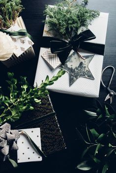 Grüne Dekoration für schwarz-weiße Geschenkverpackung