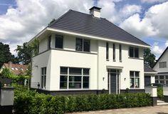 Vrijstaande villa van Cortus Bouwregisseurs voorzien van vlakke dakpan en wit gestuukte gevels