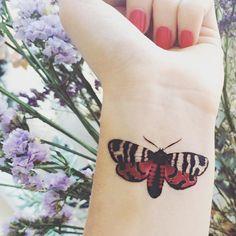 Tatuaje temporal de la polilla roja muñeca tobillo por ArrowTattoo
