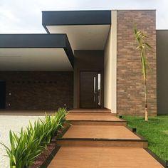 100 fachadas de casas modernas e incríveis para inspirar seu projeto Modern Architecture House, Facade Architecture, Amazing Architecture, Modern Houses, Design Exterior, Modern Exterior, Exterior Siding, Entrance Design, House Entrance