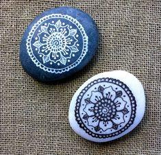Stone painting - 40 DIY Mandala Stone Patterns for Random Awesomeness – Stone painting Dot Art Painting, Pebble Painting, Pebble Art, Stone Painting, Mandala Painted Rocks, Mandala Rocks, Painted Pebbles, Stone Mandala, Painted Stones