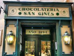 Vai para Madrid? Não perca a oportunidade de conhecer a famosa Chocolateria San Gines! Delicie-se com mais de 120 anos de tradição.