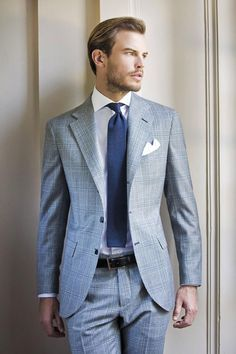 Look chic en costume gris et cravate bleue #look #chic #mode #mens #fashion #style #costume