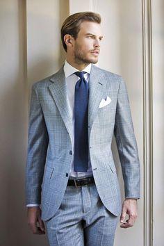 Look chic en costume gris et cravate bleue #look #chic #mode #mens #fashion #style #costume