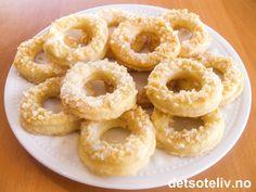 """""""Prestegårdsringer"""" er helt spesielle, gammeldagse, norske småkaker. Kakedeigen inneholder bare smør, rømme og mel. """"Prestegårdsringer"""" blir luftige, fete, sprø og hvite i fargen. Oppskriften gir 50 stk. Norwegian Food, Onion Rings, Baking Tips, Xmas, Christmas, Cheesecakes, Doughnut, Feta, Biscuits"""