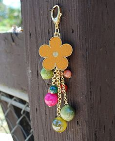 Cute Flower Bling Keychain with Gold & Colored Beads www.daisyshoppe.com Japanese Ornaments, Bead Crafts, Tape Crafts, Cute Keychain, Beaded Purses, Leather Keychain, Key Fobs, Bead Art, Craft Fairs