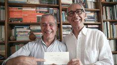 Sandro e Armando mostrano con orgoglio la loro partecipazione di nozze SERVIZIO FOTOLIVE