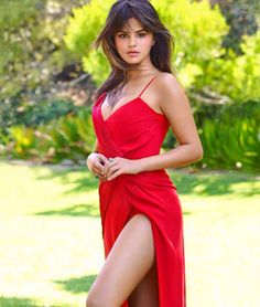 Selena Gomez is a American actress, singer, and producer Selena Marie Gomez is an inspiration for the youth of the country. Selena Gomez Fashion, Selena Gomez Fotos, Selena Gomez Outfits, Selena Gomez Photoshoot, Selena Gomez Pictures, Selena Gomez Style, Selena Gomez Red Dress, Selena Gomez Body, Selena Gomez Bangs