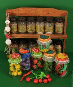 Увидев в интернете вязаные огурчики в стеклянной баночке, мне захотелось адаптировать эту замечательную идею в более привлекательную и менее трудоёмкую для меня, а заодно и для детского творчества. Для такого количества овощей и фруктов потребуется: 2 стакана соли «Экстра» (без фтора и йода); 2 стакана муки; 1 стакан воды; гуашь; деревянные шпажки; глянцевый акр…