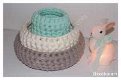 Tendresse et  douceur avec ce trio de  corbeilles romantiques aux teintes pastel gris, blanc et vert. #bunnyinabow
