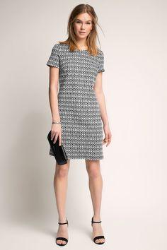 Informacja o rozmiarze:  -Sukienka etui z gęstego, wytrzymałego dżerseju z dodatkiem komfortowego streczu, zapewniającego wysoki komfort noszenia w atrakcyjnym stylu i efektownym nadrukiem na całości w stylu retro. -Głęboki, okrągły dekolt z krytym zamkiem z tyłu i krótkie rękawy dodają kobiecości  Szczegóły:  -Sukienka etui z gęstego, wytrzymałego dżerseju z dodatkiem komfortowego streczu, zapewniającego wysoki komfort noszenia w atrakcyjnym stylu i efektownym nadrukiem na całości w stylu…