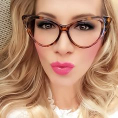 Vintage Meets Modern: A Classic Lifestyle New Look - Popular Vintage Fashion Eye Glasses, Cat Eye Glasses, Eyeglasses For Women, Womens Glasses, Glasses Frames, Vintage Fashion, Sunglasses, Retro Vintage, Vintage Kitchen