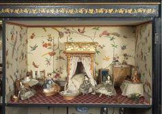 """Colección de muñecas y juguetes de principios del siglo XVIII en Londres, Museum of Childhood. Casas de muñecas comienzos 1800 y encargad por un médico de Manchester, el Dr. John Asesino. En un armario y no un edificio en miniatura. Influencias holandesas y alemanas en acabado. Las esposas de los comerciantes ricos, de origen holandes, en Inglaterra siglo 17gastaron en ellas mucho dinero. En la foto """"Killer Cabinet House, Dolls' House (1835), encargad por John Egerto Killer"""