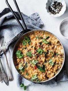 Kookos-linssipadassa on monta hyvää puolta: se on helppotekoinen, edullinen ja herkullinen ruoka. Samalla ohjeella voi tehdä myös keittoa lisäämällä kasvisliemen määrää.