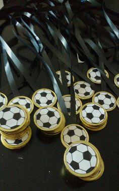 Fussball-Medaillen  Vielen Dank für diese tolle Idee für unsere nächste Fussball-Party!  Dein balloonas.com    #kindergeburtstag #motto #mottoparty #party #kids #birthday #soccer