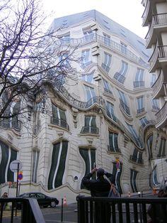 ■6. フランス、パリにある歪んだホテル「Hausmannian 」。実際は建物ではなく、工事のために一時的に掛けられた覆いだったようだ。