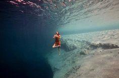 Debaixo d'água, ensaio revela a beleza dos movimentos da yoga |