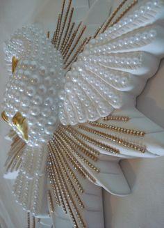 - Maravilhoso Divino Espírito Santo de gesso - Todo decorado com meia pérolas brancas de tamanhos grandes e pequenas, coladas uma a uma - Com strass dourado em todas as extensões do esplendor - Ótimo presente e muito lindo para decoração de paredes.