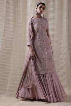 Casual Indian Fashion, Indian Fashion Dresses, Dress Indian Style, Indian Designer Outfits, Indian Gowns Dresses, Indian Designers, Indian Wear, Simple Pakistani Dresses, Pakistani Dress Design