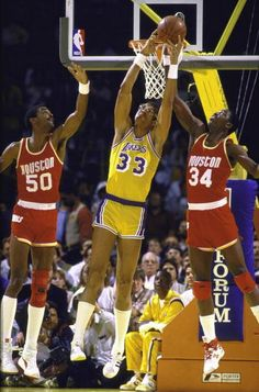 Ralph Sampson, Kareem Abdul-Jabbar and Hakeem Olajuwon still could not stop the Captain Basketball Legends, Sports Basketball, College Basketball, Basketball Players, Basketball History, Nba Pictures, Basketball Pictures, Nba Stars, Sports Stars