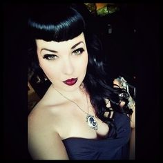 Vintage Hairstyles With Bangs Bettie Bangs Curly hair V Bangs, Curly Hair With Bangs, Hairstyles With Bangs, Cool Hairstyles, Haircuts, Style Rockabilly, Rockabilly Fashion, Dark Beauty, Gothic Beauty