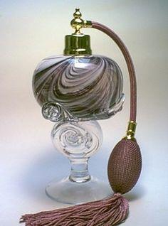 Art glass perfume bottle Perfume Atomizer, Antique Perfume Bottles, Vintage Perfume Bottles, Colored Glass Bottles, Beautiful Perfume, Beauty Inside, Boudoir, Glass Art, Fragrance