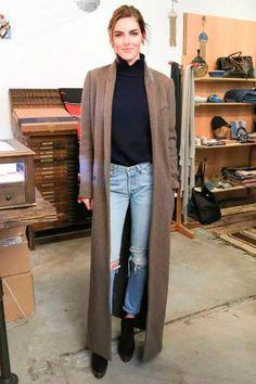 Turtleneck preta com skinny jeans destroyed e maxi casaco