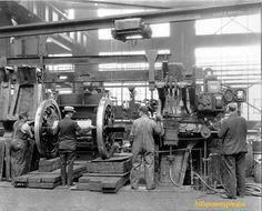 Loco wheel mounting machine b pixels Altoona Pennsylvania, Pennsylvania Railroad, Long Island Railroad, New York Central Railroad, Old Garage, Industrial Machine, Rail Car, Train Pictures, Old Factory