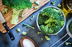 Bloating can occur after eating a meal — learn about symptoms, why it happens and what steps you can take to avoid bloating after eating. High Fat Foods, High Fiber Foods, How To Avoid Bloating, Bloating After Eating, Cilantro, Beachbody Blog, Clean Eating, Healthy Eating, Healthy Foods