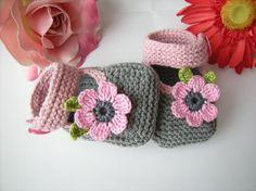 Wunderschöne Babyschuhe für die kleine Prinzessinnen ,damit sie noch schöner werden.    Grösse: 0-12 Monaten    Blume in Wunschfarbe möglich, beim ...