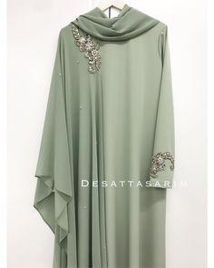 No photo description available. Abaya Style, Hijab Style, Abaya Designs, Islamic Fashion, Muslim Fashion, Niqab Fashion, Fashion Dresses, Mode Niqab, Desi Wedding Dresses