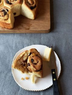 Hot cross bun twister bread | Recipes | Jamie Oliver Tasty Bread Recipe, Bread Recipes, Baking Recipes, Simnel Cake, Breakfast Desayunos, Hot Cross Buns, Jamie Oliver, Easter Recipes, Tray Bakes
