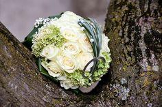 Schöner Brautstrauss mit Rosen und Hortensien. Perlen in den Blüten und am Grün sorgen für das gewisse Etwas. © JM Fotografie - Fotolia #brautstrauß #weddingbouquet #rosen