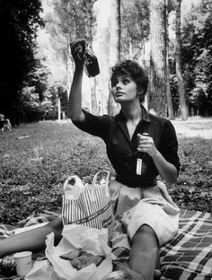 """Sophia Loren examining contents of bottle while on picnic during location filming of """"Madame Sans Gene"""",photo by Alfred Eisenstaedt, Italy 1961 Carlo Ponti, Look Vintage, Vintage Beauty, Retro Vintage, Jean Seberg, Foto Portrait, Pin Up, Anthony Perkins, Vintage Picnic"""