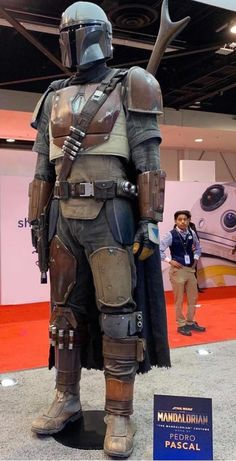 The Mandalorian is an American space-opera web television series which premiered on Disney+ on November Set in the Star Wars universe. Star Wars Film, Star Wars Art, Mandalorian Costume, Mandalorian Armor, Star Wars Pictures, Star Wars Images, Sabre Laser, Armadura Cosplay, Star Wars Personajes