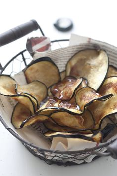 eggplant chips - Mine didn't turn out as well as I wanted, but they were very tasty! Raw Food Recipes, Snack Recipes, Healthy Recipes, Healthy Crisps, Healthy Eats, Chips D'aubergine, Tapas, Eggplant Chips, Veggie Chips