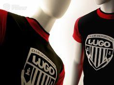 T-Shirt Brook Negra/Roja    La camiseta T-Shirt Brook Negra/Roja del Club Deportivo Lugo es de alta calidad, unisex, bicolor con manga reglan y apertura lateral en el cuello, 100% algodón, peinado y pre-encogido en punto liso.    Esta camiseta es serigrafiada en la parte central del pecho con el escudo del Club Deportivo Lugo en color blanco. En la espalda en la parte de la nuca el mismo escudo en una escala mas pequeña en rojo. Unisex, Manga, T Shirt, Tops, Fashion, Center Part, Red Black, Aperture, Coat Of Arms