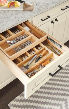Kitchen interior organizers can turn even the messiest of drawers into organized and efficient storage spaces. Kitchen interior organizers can turn even the messiest of drawers into organized and efficient storage spaces. Clever Kitchen Storage, Kitchen Drawers, Kitchen Cabinets, Kitchen Counters, Clever Kitchen Ideas, Kitchen Racks, Cupboards, Cheap Kitchen, New Kitchen