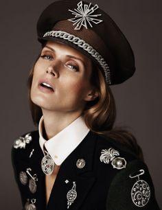 Vogue Paris, août 2010  Malgosia Bela photographiée par Josh Olins pour la série bijoux Médailles du Style du numéro daoût 2010 de Vogue Paris
