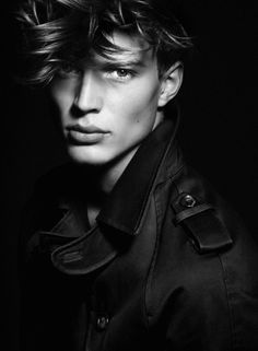 A beautifully shot new portrait series of Benedikt Angerer shot by Kosmas Pavlos. Models Men, Male Models Poses, Male Poses, Black And White Portraits, Black And White Photography, Photos Portrait Homme, Joe Anderson, Low Key Portraits, Male Portraits