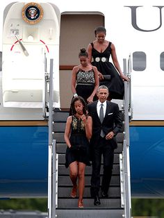 Star Tracks: Monday, September 1, 2014 | PRESIDENTIAL WEDDING GUESTS | President Obama, First Lady Michelle Obama, and their daughters Sasha (top) and Malia arrive in White Plains, New York, for the wedding of White House chef Sam Kass on Saturday. And it was an evening to remember: The family partied the night away, and according to the White House press pool report, they returned home at 2:52 a.m., two hours and 37 minutes behind schedule.