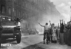 Guerre 1939-1945. Libération de Paris. Les autos blindées de la division Leclerc arrivant rue Guynemer, 25 août 1944.