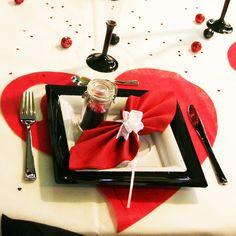 Assiettes, serviette pliée, set de table romantiques
