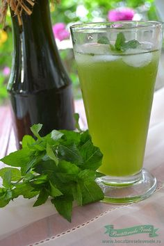 sirop-de-menta-1 Raw Vegan Recipes, Cooking Recipes, Healthy Recipes, Tea Cafe, Romanian Food, Dessert Drinks, Health Snacks, Party Snacks, Healthy Drinks