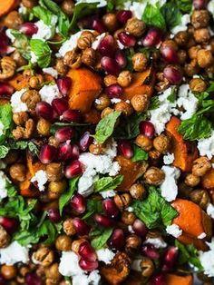 Emma-salat med græskar, sprøde kikærter, granatæble, feta og mynte -